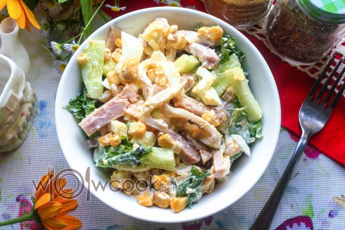салат с кальмарами с копченой курицей