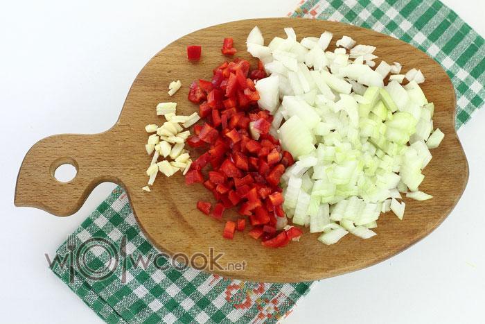 нарезаем лук, чеснок и перец