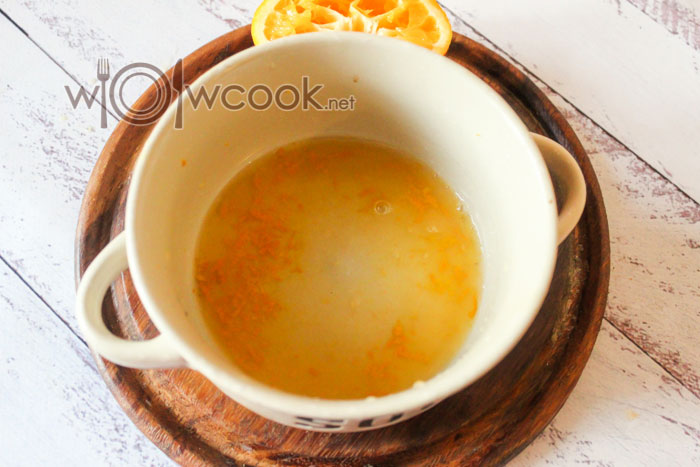 в емкость выдавливаем сок апельсина и цедру