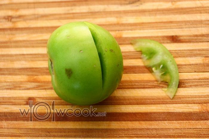 вырезаем дольку из помидорки