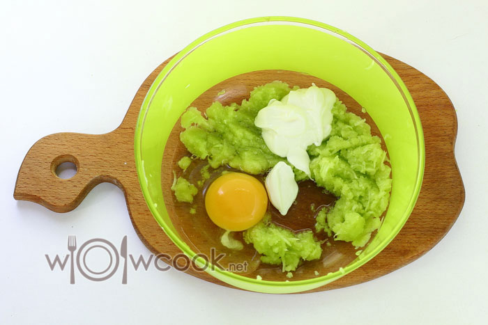добавляем яйца и сметану