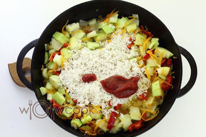 добавляем к овощам рис и томатную пасту