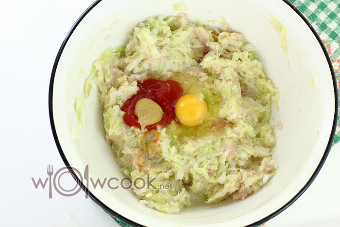 добавляем яйцо, горчицу, томатную пасту
