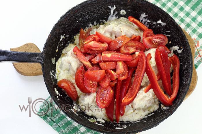 добавляем томаты и болгарский перец