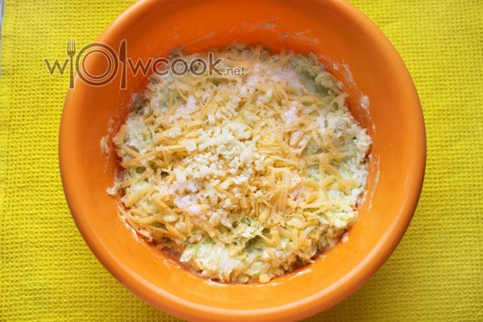 добавляем чеснок и тертый сыр