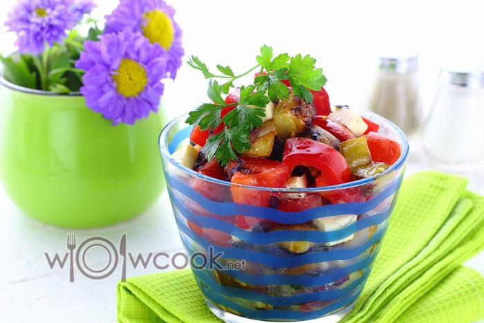 Салат с баклажанами и помидорами, сыром, перцем и чесноком