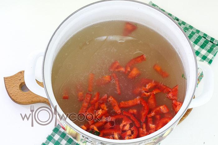 добавляем в суп перец