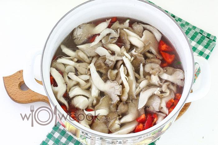 добавляем в суп грибы