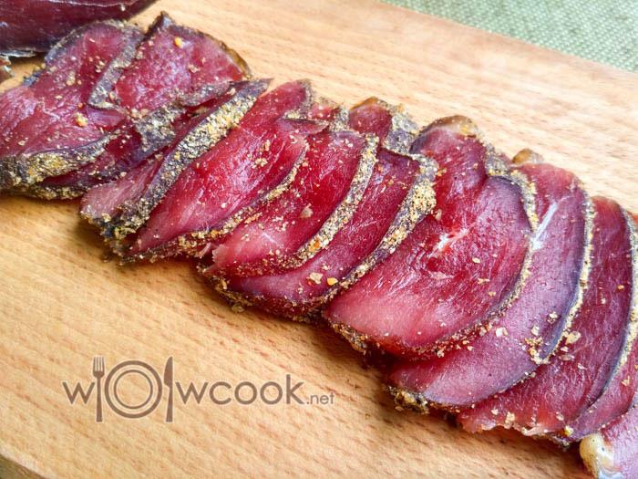 нарезаем вяленое мясо