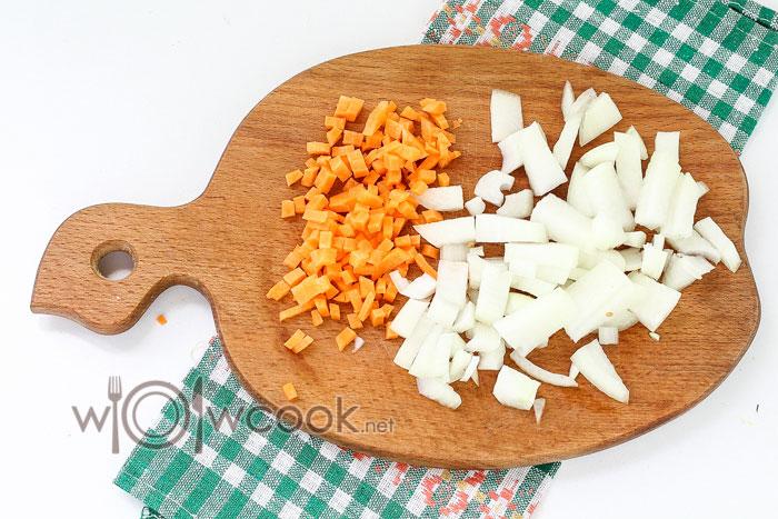 измельчаем лук и морковку