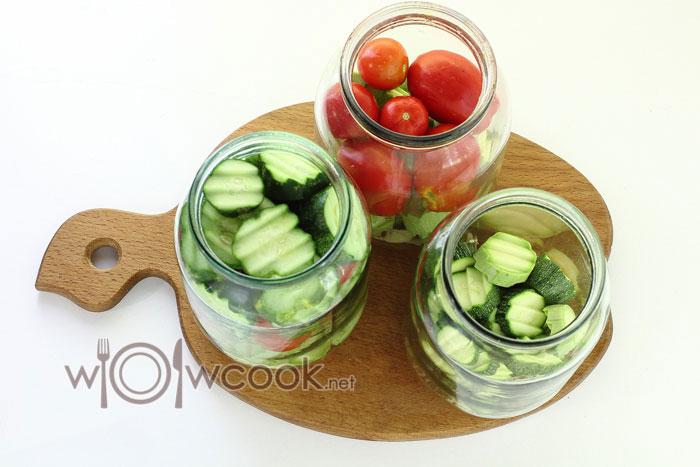 раскладываем овощи по банкам слоями