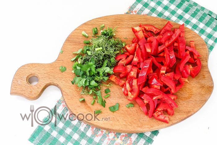 нарезаем болгарский перец и зелень