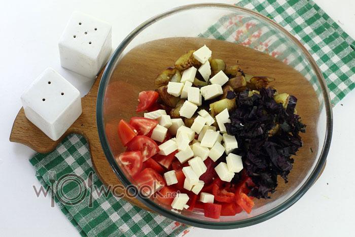 выкладываем ингредиенты в салатник