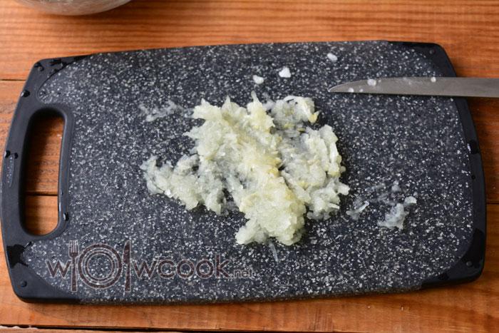 измельчаем половину луковицы