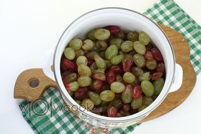 виноград в кастрюле