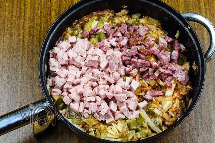 всыпаем колбасы