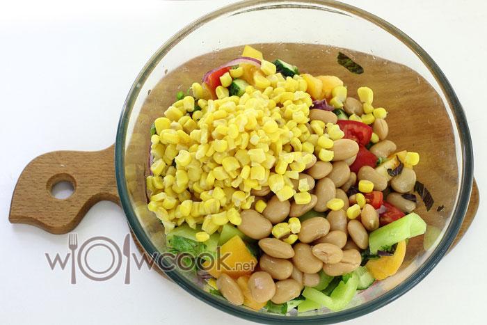 всыпаем кукурузу и фасоль