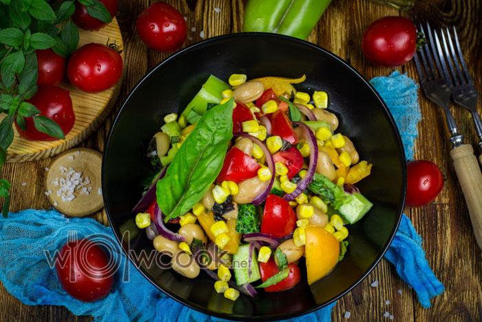 салат с фасолью консервированной кукурузой и огурцом