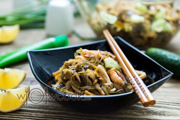 салат +из фунчозы с овощами и креветками