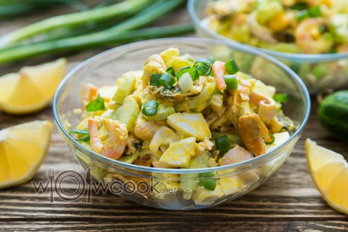 салат с мидиями, кальмаром, креветками и яйцом