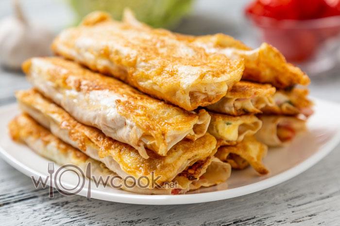 Закуска из лаваша на сковороде с колбасой и сыром