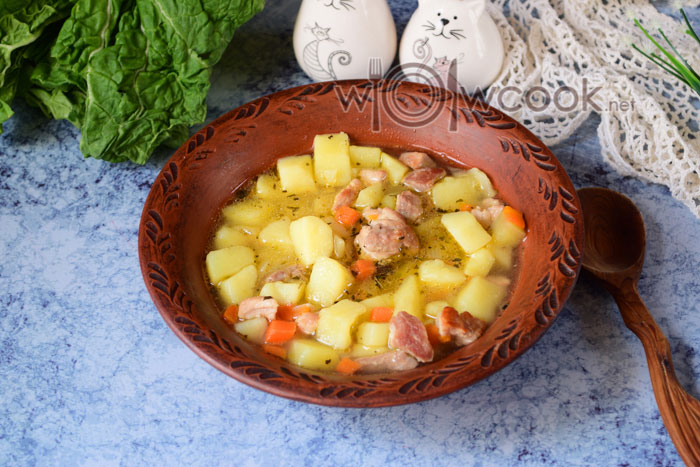 тушеный картофель с мясом в кастрюле