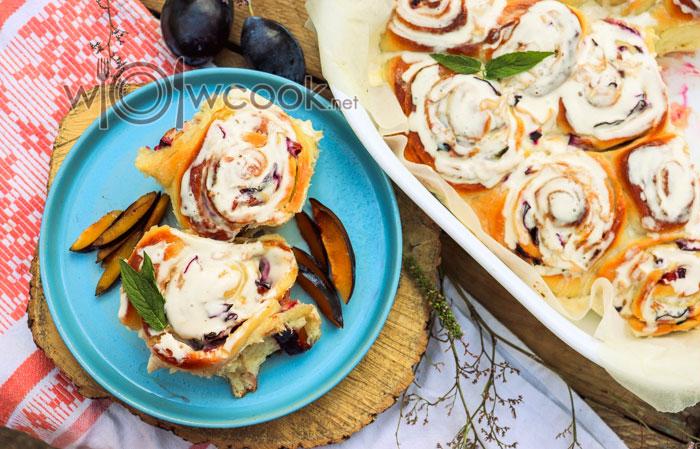 дрожжевые булочки со сливой