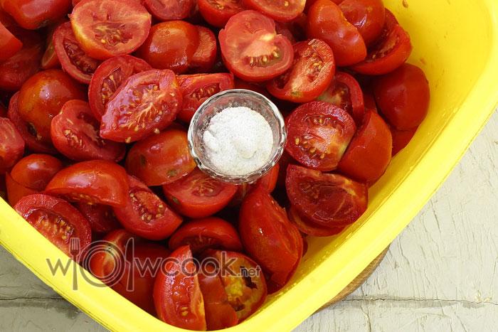 разрезаем томаты на части