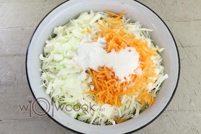 капуста и морковь в миске