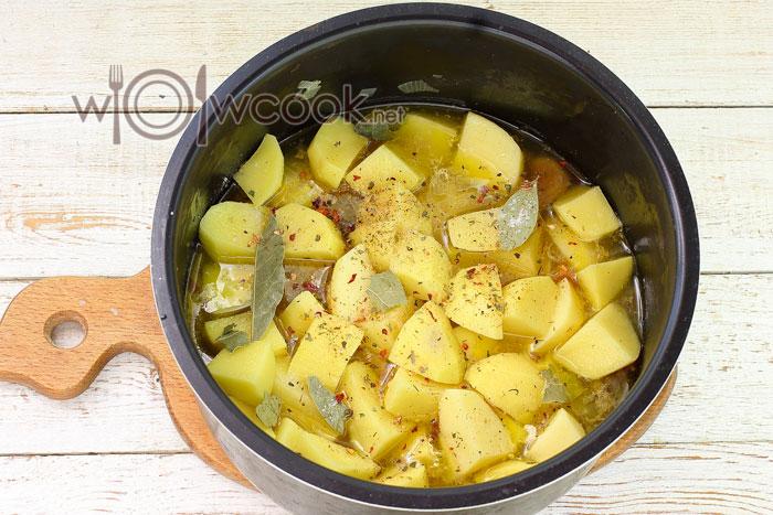 Нарезаем и добавляем картофель