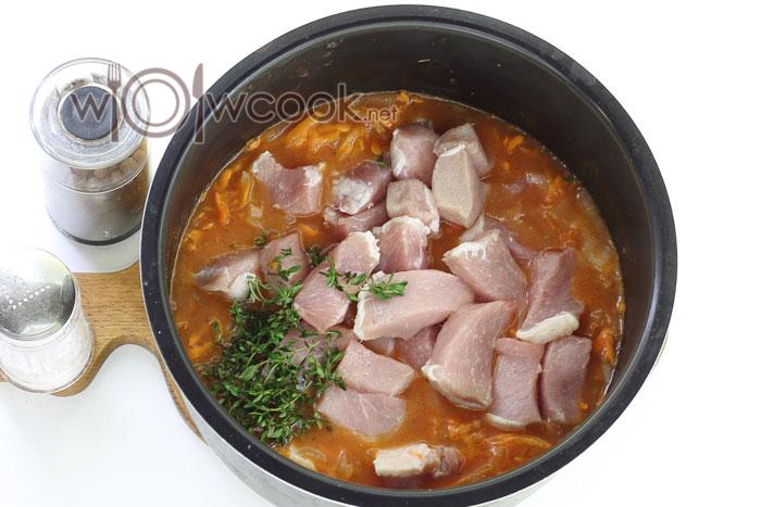 Нарезаем и добавляем свинину