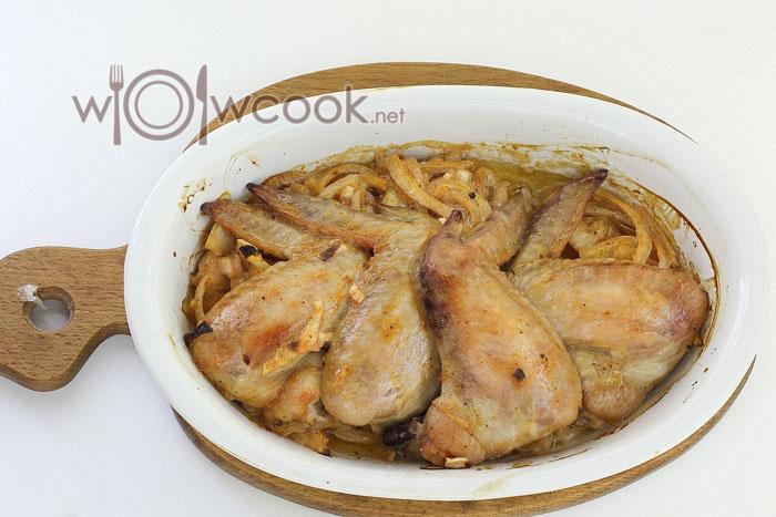 куриные крылышки с луком в духовке на ужин