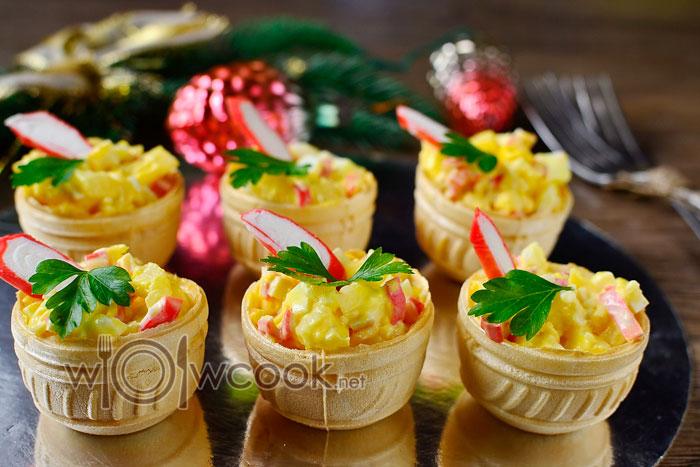 Тарталетки с ананасом, сыром, крабовыми палочками и сыром