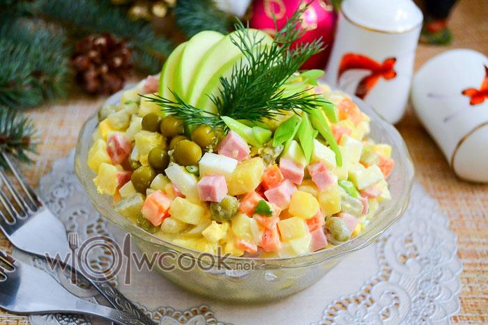 """Салат """"Оливье"""" с яблоком, рецепт классический"""