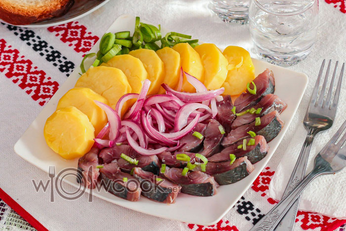 Закуска из соленой селедки с луком и картошкой