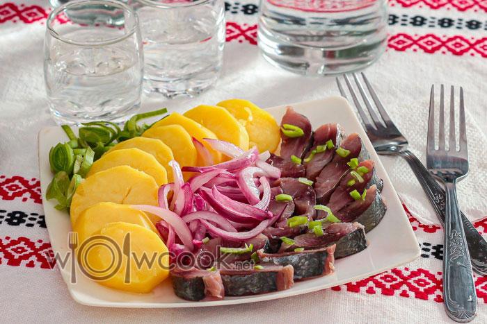 Закуска: селедка с картошкой и луком