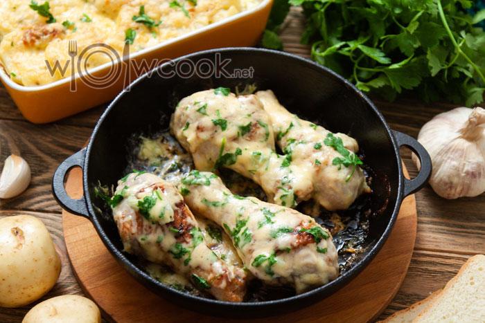 куриные голени на сковороде с сыром
