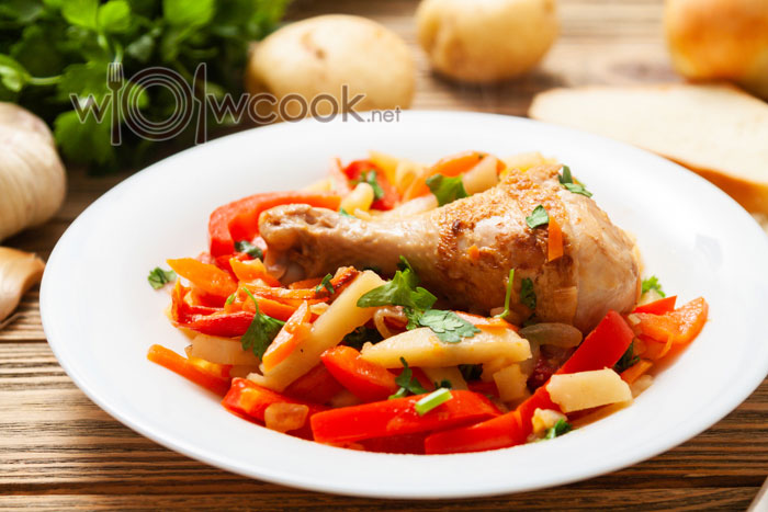 куриные ножки с овощами на сковороде
